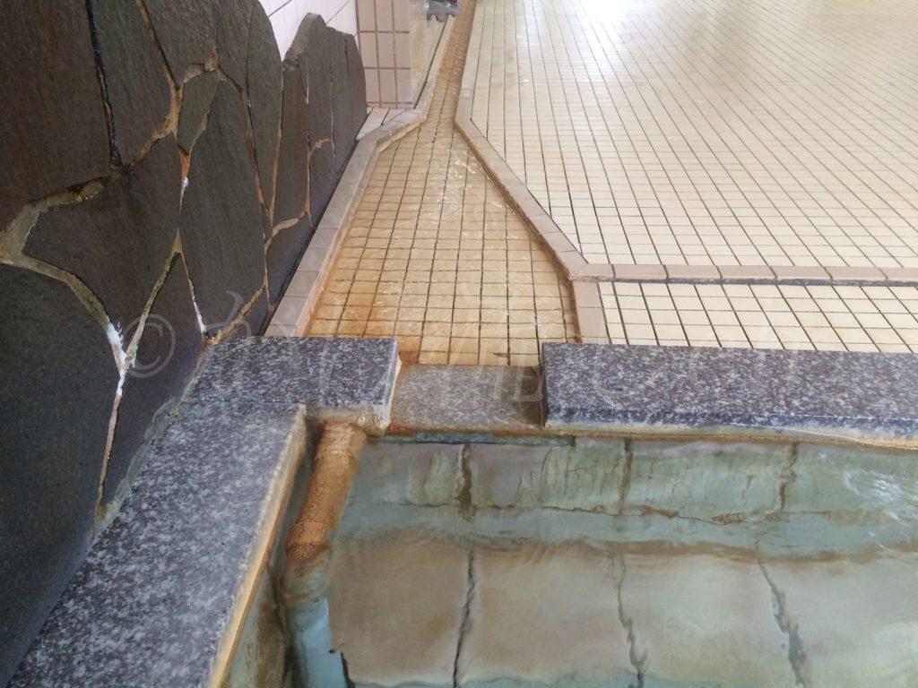 大盛湯三段浴槽溢れ出し